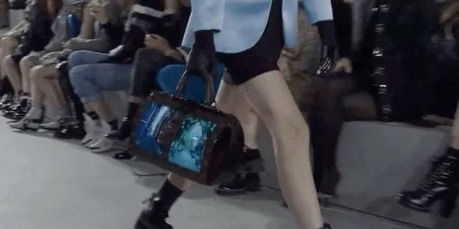 กระเป๋า Louis Vuitton แบบมีจอด้านข้าง